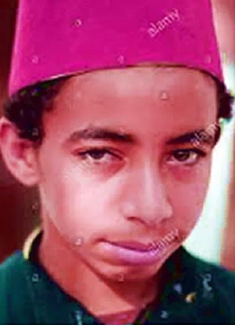 130 kilometrelik mesafe                                                                           Tam adıyla Muhamed Salah Hamid Gali 15 Haziran 1992'de dünyaya geldi. Kahire'nin 130 kilometre kuzeyindeki Nagrig Köyü'nde dünyaya gelen Salah, kısa sürede yeteneğiyle dikkatleri üzerine çekti. 2006 yılında Arab Contractors SC altyapısında futbola başlayan Salah, 2010'da profesyonel kariyerine adım attı. Ancak küçük Salah'ın işi hiç de kolay değildi. İdmanlara gidip gelebilmek için Mısırlı futbolcu 4.5 saatini yolda harcıyordu. 130 kilometrelik mesafe için 9 araç değiştiren küçük çocuk iyi bir futbolcu olabilmek için hiç yılmadı. Bu süreçte eğitimini askıya aldı. Okul yönetimi de Salah'ın eğitim yerine futbolu tercih etmesine üzüldü ve genç yeteneğin okul saatlerini ona göre düzenledi.