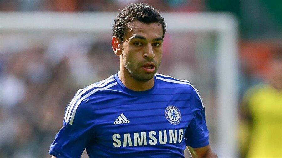 Chelsea'ye imza attı                                                                           2014 yılında Chelsea Salah'ı 16.5 milyon Euro'ya renklerine bağladı. Mavili forma altında yalnızca 19 maça çıkan Salah sahada 879 dakika kaldı. Bonservisi Chelsea'deyken Salah; Fiorentina ve Roma'da sırasıyla kiralık olarak forma giydi.