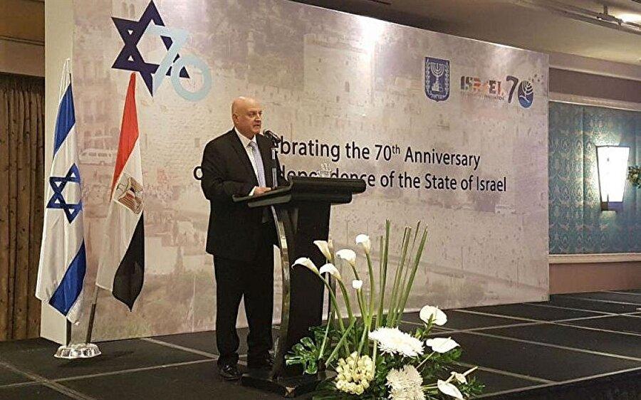 Kahire'de tepki çeken kutlama töreni                                                                                                                                                                                                                                İsrail'in kuruluşunun 70'inci yıldönümü için, Mısır'ın başkenti Kahire'deki büyükelçilik binasında ilk kez düzenlenen kutlama töreni, büyük tepkiye neden oldu. İsrailli şeflerin hazırladığı yemeklerin ikram edildiği kutlamaya katılan Mısırlı ve Arap yetkililere, sosyal medyada yöneltilen eleştiriler, sanal âlemin öne çıkan gündemleri arasında yer aldı. İsrail'le üç büyük savaş yaşayan Mısır, 1979'da dönemin Cumhurbaşkanı Enver Sedat tarafından imzalanan Camp David Anlaşması'ndan sonra bu ülkeyle barış sürecine girmiş, Mısır ordusu Filistin cephesinden tümüyle çekilmişti.