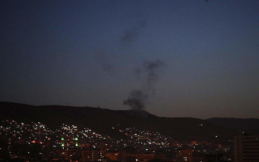 """Suriye'de İran-İsrail gerilimi sürüyor                                                                                                                                                                                                                               Suriye'de devam eden çatışmalar sırasında, zaman zaman bu ülkedeki askeri hedefleri vuran İsrail, saldırılarını yoğunlaştırdı. Daha önce Humus ve Hama yakınlarına hava saldırısı düzenleyen İsrail ordusu, bu hafta içinde de Şam ve çevresini hedef aldı. Bombardımanda bazı İranlıların da yaşamını yitirdiği belirtilirken, İran'dan konuyla ilgili yapılan açıklamada """"Gerilimi daha fazla yükseltmek istemiyoruz"""" ifadesi özellikle öne çıktı. ABD'nin nükleer anlaşmadan çekildiğini açıklamasından hemen sonra yaşanan saldırılar, zamanlamasıyla da dikkat çekti."""