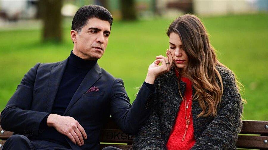 İstanbullu Gelin konusu İstanbullu Gelin, annesiz babasız büyümüş, genç yaşta hayatın yükünü sırtlamış, gururlu bir genç kız olan Süreyya'nın; aniden karşısına çıkan zengin iş adamı Faruk'a aşık olarak Bursa'ya gelin gitmesiyle başlayan dramatik bir aşk hikayesidir. Büyük şehirde yetişmiş, özgürlüğüne düşkün Süreyya ve modern görüntüsüne rağmen ailesine ve geleneklere sıkı sıkıya bağlı Faruk arasındaki aşk, daha ilk dakikadan itibaren pek çok sınavdan geçecektir. Süreyya, konağın çatısı altına giren herkesin tek hakimi olmak isteyen kayın validesi Esma hanım, tek amacı genç kızın ayağını kaydırarak onun statüsünü elde etmek isteyen eltisi İpek, kocasının her biri birbirinden sorunlu kardeşleri Fikret, Osman ve Murat'la ilgili sorunlarla boğuşurken, Faruk ise hiç beklemediği bir anda karşısına çıkan sürpriz bir düşmanla başa çıkmak zorunda kalacaktır. Olaylar geliştikçe neredeyse dört yüz yıldır bütün haşmetiyle ayakta duran konak temellerinden sarsılacak, bütün aile bundan nasibini alacaktır.