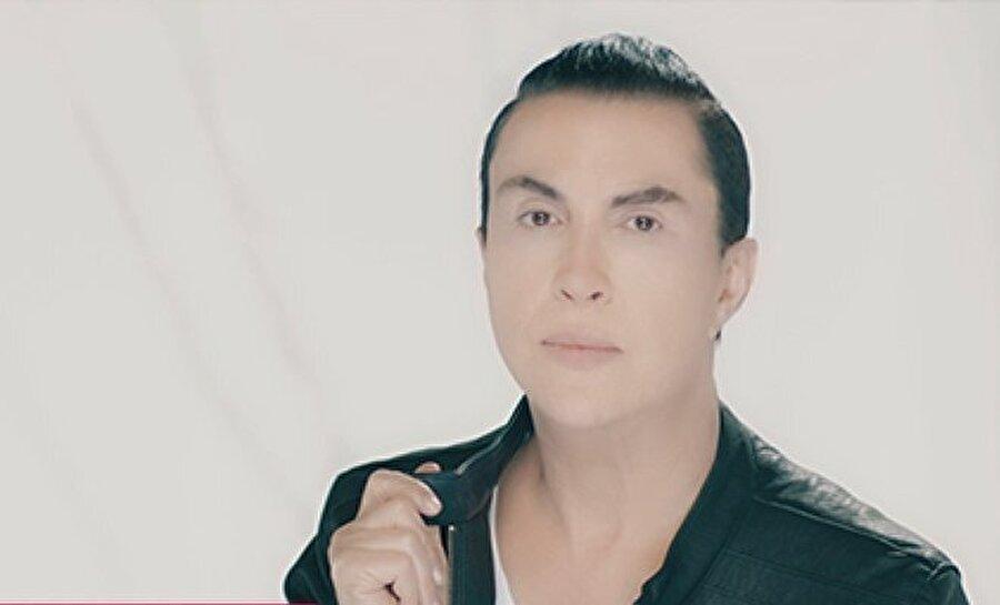 """Eylül Metin hakkında 30 Nisan 1974 tarihinde doğdu. İzmir eğlence hayatının İzmir'de en ünlü mekanlarda sahne alan Eylül Metin, ayrıca mekan sahibidir. İzmirli eğlence severlerin yakından tanıdığı sanatçı, 2003 yılında çıkardığı Hodri Meydan adlı albümle ismini geniş kitlelere duyurmuştur. Uzun bir süre sektöre ara verdikten sonra 2017 yazının başında çıkardığı maxi single çalışmasının çıkış şarkısı """"Tay Tay"""" ile beğeni toplayan Eylül Metin, yıllar önce Banu'nun söylediği efsane bir şarkı olan Unutulur'un remix versiyonunu kliplendirdi."""