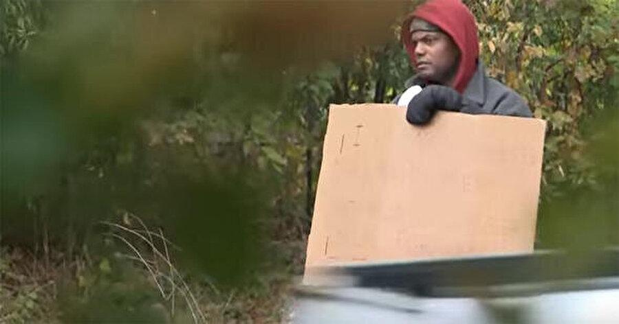 Maryland'in Bethesda şehrinde bir sabah sürücüler yolun kenarında duran evsiz bir adam gördüler. Evsiz gibi görünen adam elinde bir kağıt parçası tutuyordu.