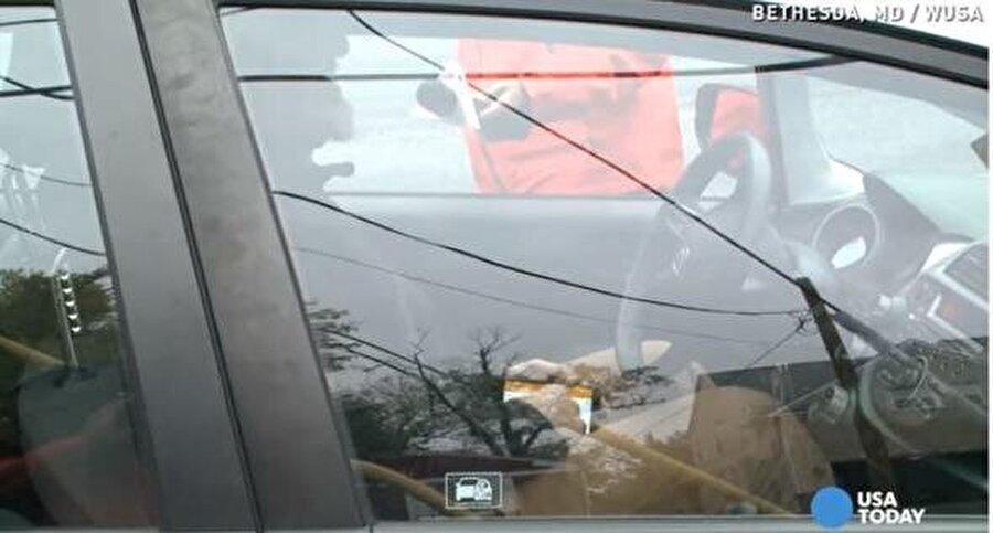 Polis, evsiz kılığına girerek sürücüler ona dikkat etmezken, kimlerin telefon kullandığını tespit etti.