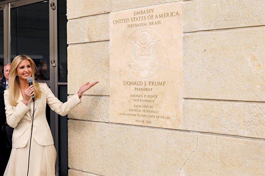 ABD Büyükelçiliği, resmen Kudüs'te ABD yönetimi, Tel Aviv'deki büyükelçiliğini 14 Mayıs'ta resmen Kudüs'e taşıdı. İsrail'in kuruluş yıl dönümüne denk getirilen açılış törenine ABD'yi temsilen Dışişleri Bakan Yardımcısı John Sullivan, Hazine Bakanı Steven Mnuchin, Trump'ın kızı Ivanka ve eşi Jared Kushner katıldı. Başkan Trump'ın 2017'nin Aralık ayında ilan ettiği karar, uluslararası çevrelerden oldukça sert tepki almış ve hatta BM Genel Kurulu'nda, Türkiye'nin öncülüğünde, aleyhte bir karar da çıkarılmıştı. Ancak ABD yönetimi, dünyanın gözünün içine baka baka bildiğini okumaktan geri durmadı.