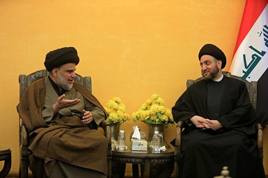 """Irak'ta Sadr ve Hekim ittifakı Irak'ta kesin olmayan sonuçlara göre seçim birincisi olan Şii lider Mukteda es-Sadr ve Hikmet Akımı lideri Ammar el-Hekim'den, yeni kurulacak hükümet için ittifak mesajı geldi. Sadr, Necef'teki evinde Hekim ile bir araya geldi. Görüşmenin ardından ikili ortak basın toplantısı düzenledi. """"Irak ve Irak halkı için demokratik devlet inşa edip, teknokrat hükümet kuracağız"""" diyen Sadr, seçimde yolsuzluk yapanlara oy vermedikleri için seçmenlere teşekkür etti. Ammar el-Hekim de seçimden birinci olarak çıkan Sadr Hareketi ile ittifaka vardıklarını dile getirdi. Hekim, Sadr ile yeni hükümetin kurulmasına ilişkin görüştüklerini belirterek, """"Sairun ve Hikmet Akımı, hükümetin kurulması için diğer koalisyonlarla görüşmelere başlayacak."""" dedi."""