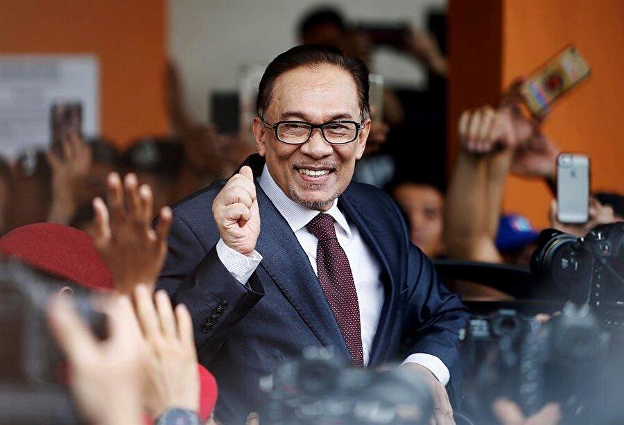"""Enver İbrahim serbest Malezya siyasetinin önde gelen isimlerinden Enver İbrahim, hakkındaki suçlamalar nedeniyle çekmekte olduğu hapis cezasının Kral Sultan Beşinci Muhammed tarafından affedilmesiyle birlikte özgürlüğüne kavuştu. Başkent Kuala Lumpur'da binlerce destekçisinin karşıladığı 70 yaşındaki İbrahim, yaptığı ilk açıklamada """"Hapis hayatından alacağımız ilk ders, özgürlüğün ne kadar kıymetli olduğudur"""" dedi. Geçtiğimiz hafta düzenlenen genel seçimlerden galip olarak çıkan Mahathir Muhammed (92), başbakanlık koltuğunu oturur oturmaz, Enver İbrahim'in serbest kalacağını açıklamıştı."""