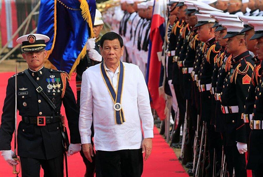 Filipinler'de Müslüman azınlığa özerklik                                                                           Filipinler'de Kongre, Müslüman nüfusun yoğun yaşadığı Mindanao eyaleti ve çevresindeki adalara özerklik tanınmasını öngören Bangsamoro Temel Yasa Tasarısı'nı onayladı. Tasarıyı Başkan Duterte'nin imzalaması bekleniyor. Filipinler'de yaklaşık 40 yıl süren, 120 bin kişinin ölümüne neden olan ayrılıkçı hareketin ardından Moro İslami Kurtuluş Cephesi (MİKC) ile Filipinler hükümeti 27 Mart 2014'te Bangsamoro Barış Anlaşması'nı imzalamıştı.