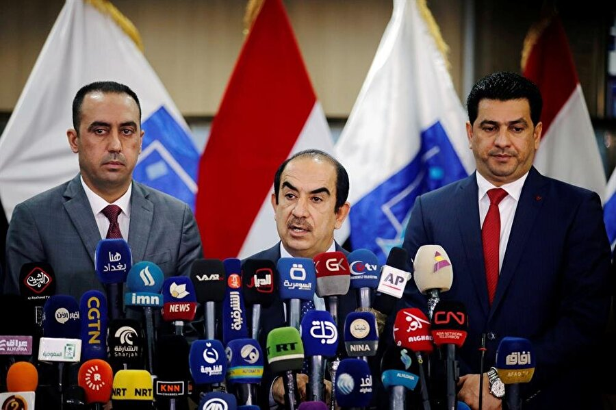 """Irak'ta binden fazla seçim sandığındaki oylar iptal edildi                                                                           Irak Bağımsız Yüksek Seçim Komisyonu, binden fazla seçim sandığındaki oyların """"usulsüzlük"""" yapıldığı gerekçesiyle iptal edildiğini açıkladı. Komisyonun yazılı açıklamasına göre, 12 Mayıs'ta yapılan genel seçimlerde 1021 sandıkta kullanılan oyların tamamen iptaline karar verildi. İptal edilenler arasında Irak dışında 6 ülkede kurulan bazı sandıklar da yer aldı. Ülke genelinde iptal edilen oyların yaklaşık 10 vilayet ve iç göçmen kamplarını kapsadığı belirtilen açıklamada, kararın sandıklarda usulsüzlük yapılması gerekçesiyle alındığı kaydedildi. En çok iptal kararının verildiği vilayet, Mesut Barzani liderliğindeki Kürdistan Demokrat Partisi'nin (KDP) güçlü olduğu Duhok oldu."""