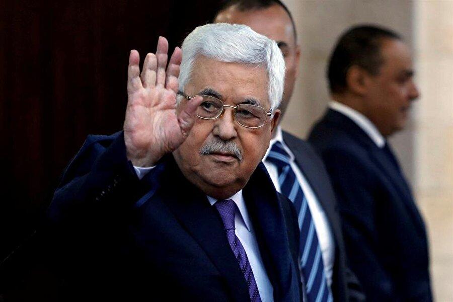 """Mahmud Abbas taburcu oldu                                                                           Filistin Devlet Başkanı Mahmud Abbas (82), 20 Mayıs'tan bu yana tedavi gördüğü Ramallah'taki hastaneden taburcu edildi. Abbas hastane çıkışı basına yaptığı açıklamada, """"Allah'a şükür hastaneden iyileşmiş olarak ayrılıyorum. Yarın da işimin başına döneceğim."""" dedi. Filistin Devlet Başkanı Abbas, yüksek ateş şikâyetiyle 20 Mayıs'ta kaldırıldığı İstişari Hastanesi'nde bazı kalp testlerinden geçirilmişti. Yaşlılığa bağlı rahatsızlıkları bulunan Mahmud Abbas, 14 Mayıs'ta da Ramallah'taki bir başka hastanede kulağından basit bir ameliyat olmuştu."""