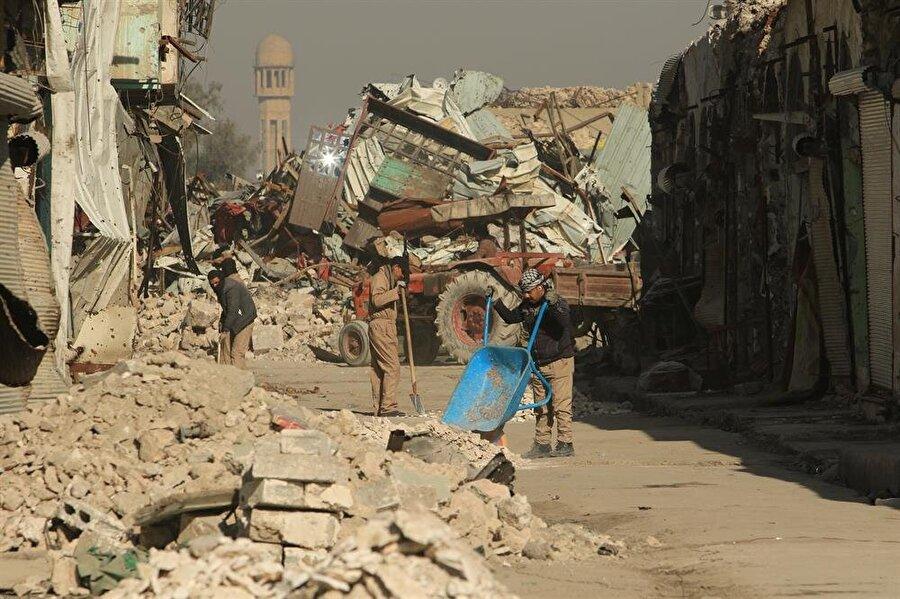 Enkaz altından bin 200 ceset çıkarıldı                                                                           Musul'da geçtiğimiz hafta başlatılan çalışmalar kapsamında, geçen sene gerçekleştirilen operasyonlar sonucu yıkılan binaların enkazları altından bin 200 ceset çıkarıldı. Irak'ın Musul kentinde yaklaşık 1 yıl önce, şehri terör örgütü DEAŞ'tan temizlemek için bir dizi operasyon düzenlenmişti. Operasyonlar esnasında binlerce sivil yıkılan binaların enkazı altında kalmıştı. 10 gün önce Musul'un sağ yakasında başlatılan arama çalışmaları sonucu, bin 200'den fazla ceset enkazların altından çıkarıldı. Çıkarılan cesetler, kimlik tespitleri yapılmak üzere bölgedeki hastanelere tahliye edildi.