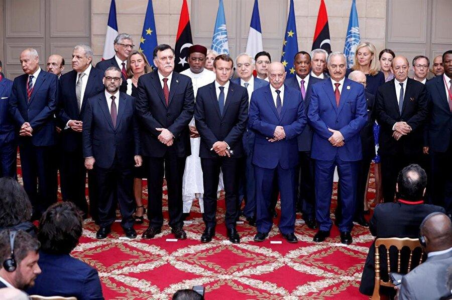 Libya, 10 Aralık'ta seçime gidiyor                                                                           Fransa'da düzenlenen Libya konulu uluslararası konferansta, ülkede parlamento ve cumhurbaşkanı seçimlerinin 10 Aralık'ta yapılmasına karar verildi. Libya'da 2011'den bu yana devam eden krize bir çözüm bulmak amacıyla düzenlenen ve 20'ye yakın ülke ve uluslararası kuruluşların temsilcilerinin katıldığı konferans, Fransa'nın başkenti Paris'te sona erdi. Konferans sonunda katılımcı ülkelerin temsilcileri tarafından okunan ve Libya iç savaşındaki siyasi taraflarca kabul edilen sonuç bildirisinde, ülkede parlamento ve cumhurbaşkanı seçimlerinin 10 Aralık'ta yapılmasına karar verildiği kaydedildi.