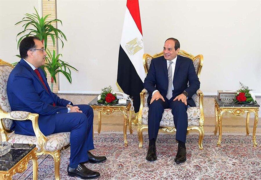 Mısır'da yeni hükümet kuruldu                                                                           Mısır Cumhurbaşkanı Abdulfettah es-Sisi'nin yeni hükümeti kurma görevini İskan Bakanı Mustafa Metbuli'ye verdiği bildirildi. Mısır resmi ajansı MENA, Cumhurbaşkanı Abdulfettah es-Sisi'nin yeni hükümeti kurması için bugün Mustafa Metbuli'yi görevlendirdiğini duyurdu. Cumhurbaşkanı Sisi geçen cumartesi günü parlamentoda cumhurbaşkanlığı ikinci dönemi için anayasal yemin etmiş, salı günü ise Şerif İsmail hükümeti beklendiği üzere istifasını Cumhurbaşkanına sunmuştu.