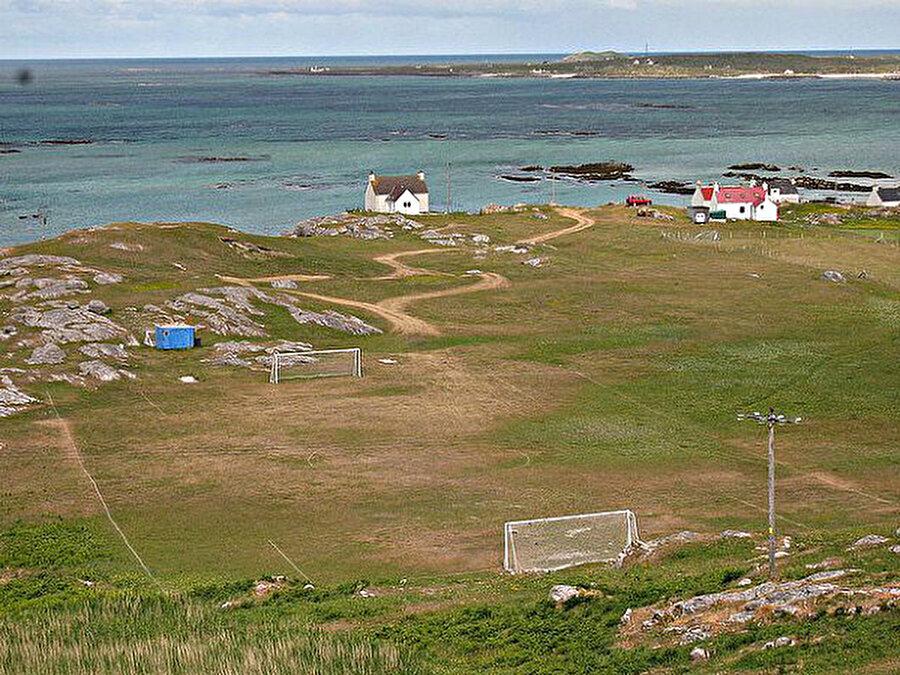 Eriskay İskoçya'nın Eriskay Adası'nda yer alan bu sahada bölgenin takımı maçlarını oynuyor.