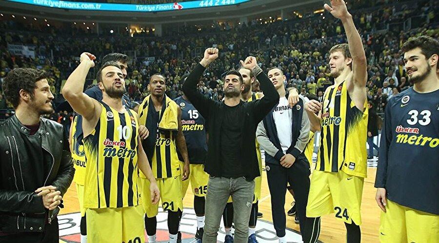 Fenerbahçe sevdalısı Fenerbahçe'nin deneyimli kaptanı çocuk yaşta düştü sarı-lacivertli sevdaya… O henüz profesyonel futbolcu değilken elinde davulu, dilinde besteleriyle tribünleri aşındırmıştı.