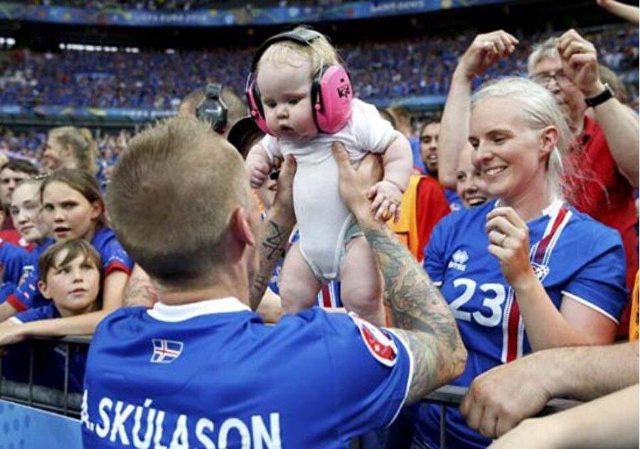 İzlanda'nın başarılı oyuncularından Ari Skulason'un kızı olan Camilia Arodittir, bugün tam 2 yaşında. Camilia, Dünya Kupası boyunca babasını tribünden destekleyecek.
