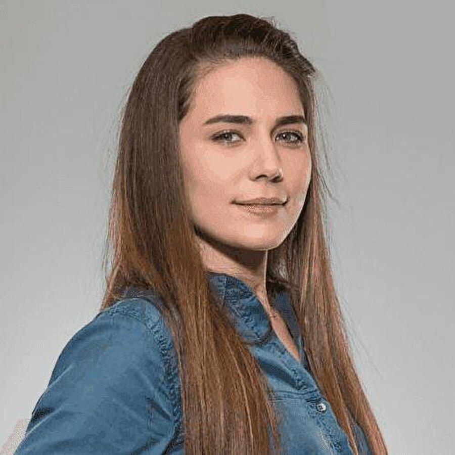 Buse Varol hakkında Aslen Manisalı olan Buse Varol, 1990 yılında dünyaya geldi. Lisans eğitimini öğretmenlik bölümünde tamamladı ve bir süre özel bir eğitim kurumunda görev aldı. Buse Varol'un hayatı 2012 yılında düzenlenmiş olan Miss Turkey güzellik yarışmasıyla değişti. Bir süre kariyerine modellikle devam ettikten sonra oyunculuk yapmaya başladı. Oyunculukta ilerlemek isteyen Buse Varol,  Mota Ayla Algan, Ümit Çırak, Müfit Aytekin ve Bahar Kerimoğlu gibi isimlerden oyunculuk dersleri aldı. İlk olarak Atv'de ekrana gelen Tozlu Yollar dizisinin kadrosunda yer aldı. Bu dizide Şerife karakterine hayat verdi. Ardından Kanal D ekranlarının en uzun soluklu dizisi Arka Sokaklar'ın ekibine katıldı, Yasemin isimli bir polis memurunu canlandırdı.