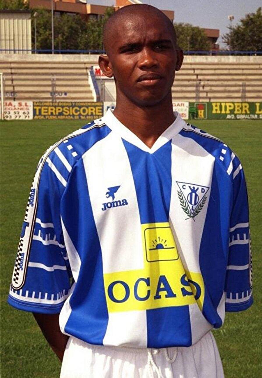 Samuel Eto'o                                      Kamerunlu futbolcu Samuel Eto'o'nun babası ülkelerinde bir muhasebeciydi. Etraftaki ailelere göre maddi açıdan daha şanslı olmalarına rağmen yine de bolluk içinde yüzmüyorlardı. Samuel Eto'o'nun ailesi oğullarının fotoğrafını çektirecek kadar parayı denkleştiremedikleri için ünlü futbolcunun çocukluğuna dair bir fotoğraf bulmak çok zor.