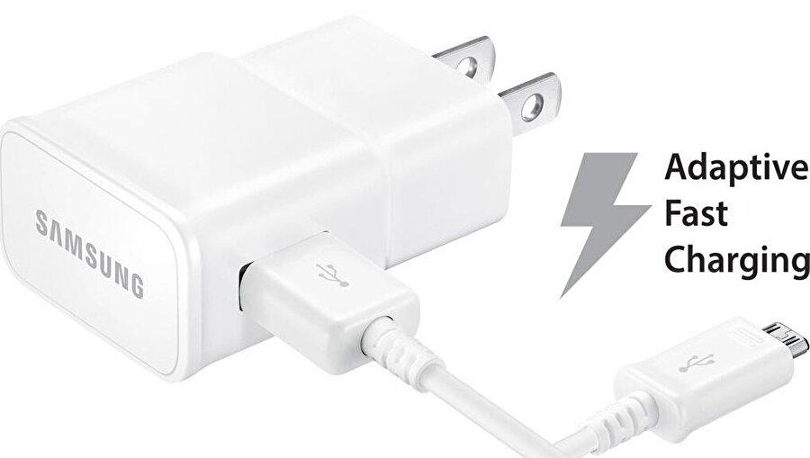 Doğru kablo ve şarj cihazı                                                                                                                                                                                          Hem Android hem de iPhone'larda telefonları şarj ederken doğru kablo ve şarj cihazını kullanmak çok önemli. Küçük bir örnekle telefonu hızlı şekilde şarj etmek isteyen kişilerin bunun için dizüstü bilgisayar kullanmaları kötü bir fikir. USB 2.0 bağlantı noktası sadece 2.5 Watt güç verirken, USB 3.0'da bu rakam 4.5 Watt seviyesine çıkıyor. Dolayısıyla doğrudan elektrik prizi üzerinden telefonları şarj etmenin faydası çok büyük. Akıllı telefonların çok büyük bir bölümü hızlı şarj özelliğini destekliyor. Hangi telefonların hızlı şarjı desteklediğini öğrenmek için Qualcomm'un web sayfasındaki yonga setlerini kontrol etmek mümkün. MediaTek ya da Samsung üretimi yongalarla ilgili benzer detaylara ulaşmak isteyenler Google'dan küçük bir sorgulama yapabilir. Bir telefonun kutu içeriğinde gelen şarj cihazı ve kablonun o cihaz için en iyi ve hızlı şarj imkanı sağlamadığını aklınızdan çıkarmayın. Sonuç itibariyle Qualcomm'un Quick Charge 3.0 teknolojisi destekleyen ama Quick Charge 2.0 destekli adaptörle gelen LG G6 bunun en iyi örneklerinden biri.