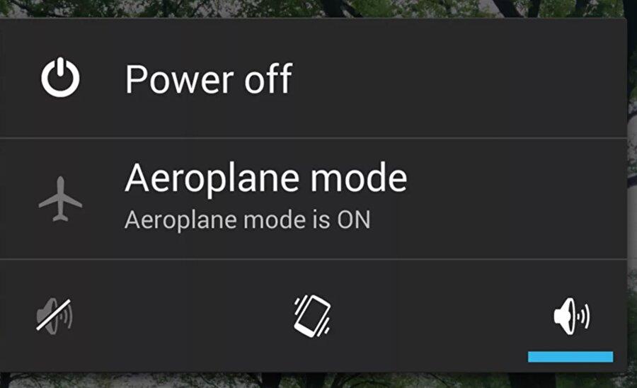 Uçak modunu etkinleştirme                                                                                                                                                                                          Telefonun şarj durumdayken ne kadar az çalışırsa o kadar çabuk şarj olur. Uçak modu, cihazınızdaki tüm kablosuz bağlantı teknolojilerini askıya alır ve böylece telefonun yeteneklerini kısıtlayarak şarjı hızlandırır. Tabii uçak modu aktif edildiğinde telefonun aramalara ve mesajlara karşı duyarsız hale geleceğini de unutmamak gerekiyor. :)