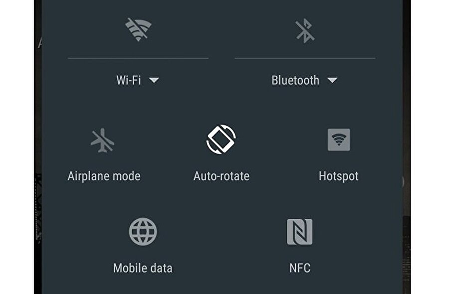 Açık uygulamaları kapatma                                                                                                                                                                                          Batarya gücünü kullanan Bluetooth, GPS, Wi-Fi ya da NFC gibi özelliklerin tamamını kapatmakta yarar var. Ayrıca şarjı daha kısa sürede gerçekleştirmek için Google Play'den güncelleme ve yedekleme sistemlerini de pasif etmek ciddi katkı sağlıyor.
