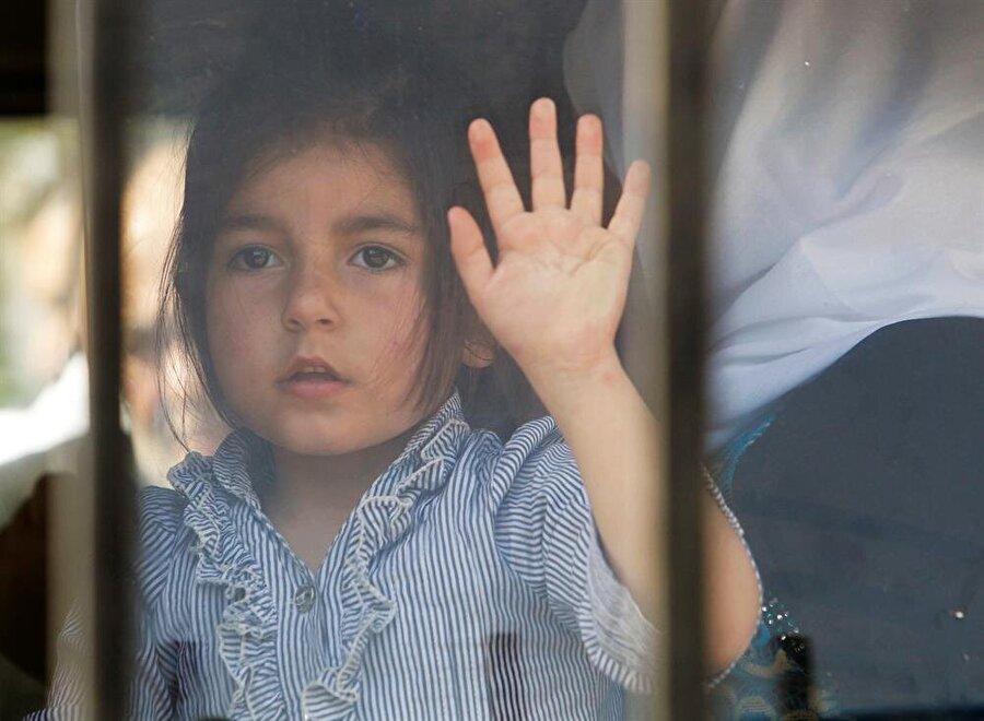 """Dünya genelinde 68 milyon evsiz                                      Birleşmiş Milletler Mülteciler Yüksek Komiserliği (BMMYK) """"2017 Küresel Eğilimler"""" raporunda, geçen yıl savaş, şiddet ve zulüm nedeniyle zorla yerinden edilen kişilerin sayısının 68,5 milyon gibi çok yüksek bir rakama çıktığı belirtildi. Tükiye, kapılarını açtığı 3,5 milyon mülteciyle, dünyada en fazla sığınmacıya ev sahipliği yapan ülke konumunda."""