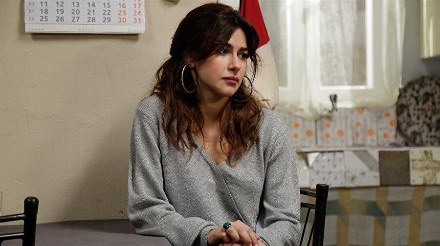 """Nesrin Cavadzade hakkında                                                                           Bakü'de doğdu ve Türkiye'ye 11 yaşında geldi. Marmara Üniversitesi Sinema ve Televizyon bölümünden mezun olduktan sonra 2 yıl boyunca Şahika Tekand Studio Oyuncuları'nda oyunculuk üzerine eğitim aldı.     Üniversiteden sonra """"Yersiz Yurtsuz"""" dizisinde başrolü üstlenerek televizyon dünyasına adım attı ve projeden hemen sonra aynı zamanda dizinin de yönetmeni olan Cemal Şan'ın ünlü Aşk Üçlemesinin ikinci filmi olan """"Dilber'in Sekiz Günü""""nde başrolde yer aldı.     Bu filmdeki rolüyle Erzurum, Bursa ve Ankara Film Festivalleri'nde """"En İyi Kadın Oyuncu"""" ödüllerina layık görüldü."""