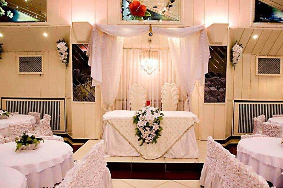 Saat 18.00'den önce düğün yapmak yasak                                      Seçim yasaklarına ve yukarıdaki kurallara uyulmak şartıyla oy verme günü saat 18.00'den sonra düğün yapılabilecek.