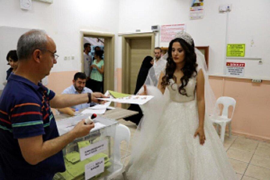 """Düğün töreni öncesinde vatandaşlık görevini yerine getirmek için oy kullanmaya geldiğini ifade eden Giriklioğlu, """"Düğün tarihimizi 6 ay önce belirlemiştik, Seçime denk gelmesi tesadüf oldu. Gelinlikle oy kullanmak çok değişik bir duygu. Hiç aklımızda yoktu böyle bir şey. Ülkemiz için her şeyin hayırlısı olsun. Oyumu kullanıp düğüne gideceğim."""" dedi."""
