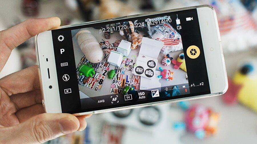 Kamera ayarlarına hakim olun ya da özel bir kamera uygulaması kullanın                                      Hem Android hem de iPhone'ların kendine has bir kamera arayüzü var. HDR modu, filtre seçenekleri ve diğer birçok ayrıntıyı değiştirmeye yarayan bu arayüz zaman zaman kimi kullanıcılara 'yetersiz' gelebiliyor. İşte bu durumda üçüncü parti uygulamalar imdada yetişiyor. Özel kamera modlarını kullanmak; pozlamayı, beyaz / renk ayarını ve diğer detayları değiştirip düzenlemek fotoğrafların kalitesi artması açısından büyük önem taşıyor.