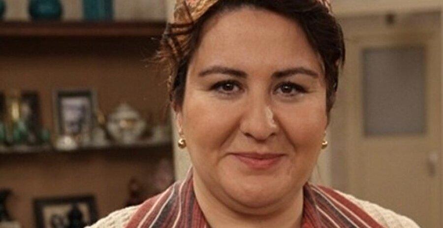 Mide küçültme ameliyatı için ameliyat masasına yatan ünlü isimler arasına Seksenler dizisiyle tanınan oyuncu Özlem Türkad da katıldı. Türkad, ameliyat ile 35 kilo birden verdi.