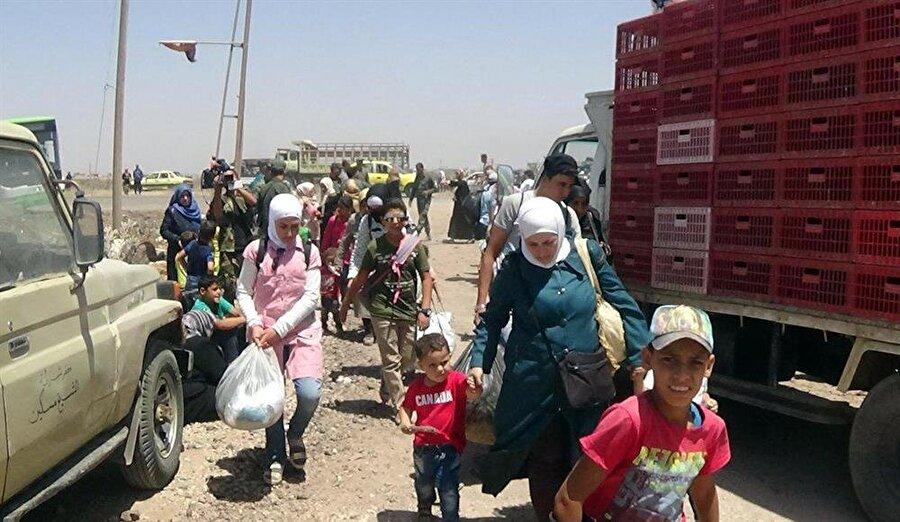 Suriye'nin güneyinde zorunlu göç dalgası                                      Beşşar Esed rejimi ve destekçilerinin Dera operasyonu nedeniyle en az 150 bin sivil, Ürdün ve İsrail sınırına göç etmek zorunda kaldı. Sivil Savunma (Beyaz Baretliler) kaynaklarına göre, rejim ve destekçilerinin ülkenin güneybatısındaki Dera'ya düzenlediği şiddetli saldırılar, en az 150 bin sivilin Ürdün ve İsrail'in işgali altındaki Golan Tepeleri'ne doğru göç etmesine neden oldu. Deralıların kamyonet, motosiklet, traktör ve binek araçlarla yanlarına alabildikleri sınırlı eşyalarla göçü sürüyor.