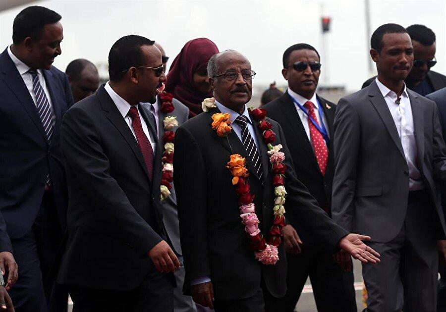 Eritre ve Etiyopya barışın kapısını aralıyor                                      Etiyopya Başbakanı Abiy Ahmed'in Eritre ile yeni bir sayfa açma isteği taraflarca memnunlukla karşılandı. Başbakan Ahmed'in çıkışı kuzeydeki komşusuyla gerçek anlamda barış kapısını açma isteği siyasi irade ve stratejik bir karar gibi görünüyor. Ahmed, göreve geldikten sonra mecliste yaptığı ilk konuşmasında Eritre ile Etiyopya halklarının tarihi bağları olduğunu ve iki ülke arasındaki sorunları diyalog yoluyla çözme isteğini ortaya koyarak, bunun karşılıklı olması yönünde çağrıda bulunmuştu.