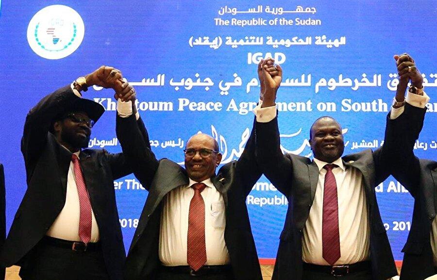 Güney Sudanlı taraflardan kalıcı ateşkes anlaşması                                      Güney Sudan'daki iç savaşın tarafları 72 saat içinde kalıcı ateşkesin sağlanmasını öngören barış anlaşmasına imza attı. Sudan Dışişleri Bakanı El-Dirdiri Muhammed Ahmed, Hartum'da yürütülen barış müzakereleri kapsamında Güney Sudan Devlet Başkanı Salva Kiir Mayardit ve muhalif lider Riek Machar'ın barış anlaşmasına imza attığını söyledi. Muhammed Ahmed, Sudan Devlet Başkanı Ömer el-Beşir'in katılımıyla imzalanan anlaşma kapsamında mahkumların serbest kalacağını ve geçici hükümetin kurulacağını dile getirdi.