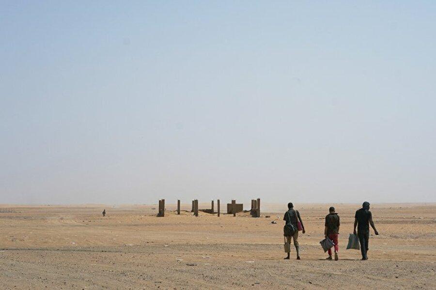 Sahra Çölü'nde ölüm yürüyüşü                                      Cezayir'in, geçtiğimiz 14 ay boyunca, binlerce insanı Sahra Çölü'ne terk ettiği ortaya çıktı. Ağırlıklı olarak ülkeye sınırı bulunan Nijer, Moritanya ve Mali'den gelerek Cezayir'deki mülteci kamplarına yerleşen göçmenler,türlü gerekçelerle sınır dışı ediliyorlar. Mülteci kamplarından çıkarılan yaklaşık 13 bin imsan, geldikleri yere dönmek ya da hayallerine ulaşacakları alternatif yollar bulmak için adeta bir ölüm yürüyüşü yapıyorlar.