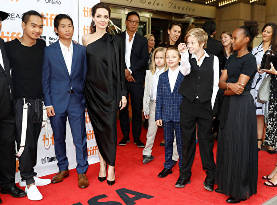 """Jolie'ye yakın çevreden Grazia dergisine gelen açıklamaya göre, """"Angelina Jolie, birkaç yıldır yeni bir evlat edinmeyi düşünüyor. Birçok ülkeyi araştırdıktan sonra Suriye'de karar kıldı."""" Jolie'nin resmi işlemleri tamamladıktan sonra durumu basınla paylaşacağı belirtildi."""