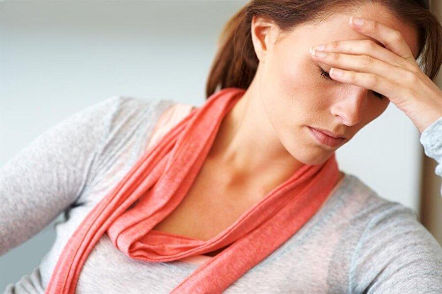 Kronik baş ağrısı                                                                                                                 D vitamini eksikliği kronik baş ağrılarına neden oluyor. Finlandiya'da 1984 ile 1989 yılları arasında 42 ile 60 yaşları arasında 2.600 erkeğin katıldığı bir araştırma yapıldı. Erkeklerden %68'inde D vitamini eksikliği ve beraberinde kronik baş ağrısı olduğu tespit edildi.