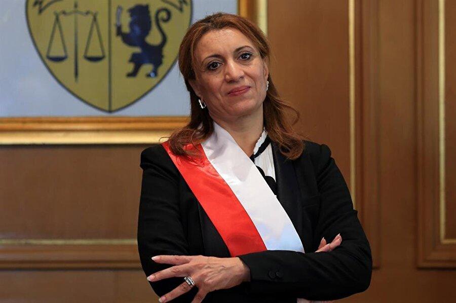 """Tunus'un başkentine ilk kadın başkan Nahda Hareketi'nin """"Tunus Belediye Başkan Adayı"""" olarak yerel seçimlere katılan ve yüzde 34'e yakın oy alarak birinciliği elde eden Suad Abdurrahim, dün yapılan belediye meclis oylamasından da zaferle çıktı ve başkent Tunus'un ilk kadın belediye başkanı olarak koltuğa oturmaya hak kazandı. Suad Abdurrahim, her ikitur oylamada da 60 meclis üyesinin 26'sının oyunu alırken, Nida Tunus'un adayı Kemal İdir ise 22 oyda kaldı."""