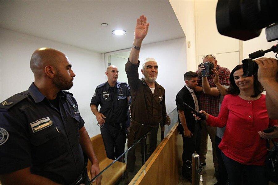 """Şeyh Raid Salah tahliye edildi İsrail mahkemesinin 1948 Filistin İslami Hareketi lideri Şeyh Raid Salah'ın şartlı tahliye kararının uygulanmasına karar verdiği bildirildi. Şeyh Salah'ın savunma heyetinden avukat Ömer Hamayse, İsrail'in kuzeyindeki Hayfa kentinde bugün yapılan duruşmada, 1948 Filistin İslami Hareketi lideri Şeyh Salah'ın """"şartlı tahliye"""" kararının uygulanmasına karar verdiğini belirtti. Elektronik bileklik takmak ve İsrail'in kuzeyindeki Kefr Kanna'da ikamet etmek zorunda olan Salah, basına açıklama yapamayacak."""
