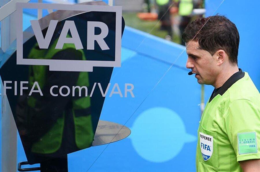 Maçın hakemi VAR monitöründen pozisyonu izlerken yanına gelen oyuncu, sarı kartla cezalandırılacak.