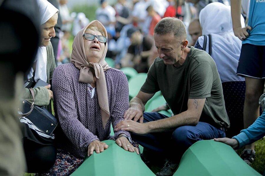 35 Srebrenitsa kurbanı toprağa verildi İkinci Dünya Savaşı'nın ardından Avrupa'da yaşanan en büyük insanlık trajedisi olarak kabul edilen, en az 8 bin 372 Boşnak sivilin katledildiği Srebrenitsa soykırımının 35 kurbanı daha toprağa verildi. Bosna Hersek'in doğusundaki Srebrenitsa'nın 11 Temmuz 1995'te Ratko Mladic komutasındaki Sırp birlikler tarafından işgal edilmesinin ardından gerçekleştirilen soykırımda öldürülen ve yıllar sonra toplu mezarlardan çıkarılarak kimlikleri tespit edilen 35 kurban, Potoçari Anıt Mezarlığı'na defnedildi.