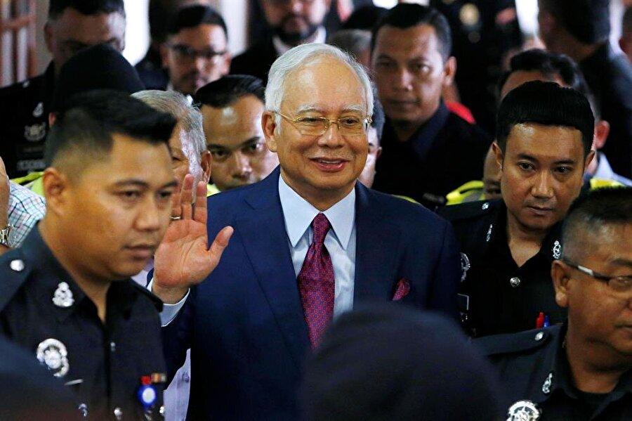 """Necip'in kefaretini destekçileri topladı Malezya'da """"1Malaysia Development Bhd (1MDB)"""" soruşturması kapsamında gözaltına alınan eski Başbakan Necip Rezak'ın destekçileri kefaret ücretini karşılamak için para topladı. ChannelnewsAsia'nın haberine göre, destekçileri, Necip'in kefalet ücretinin kalan yarısı için topladıkları 300 bin ringiti (yaklaşık 340 bin TL) bugünlerde teslim etmeyi planlıyor. Geçen hafta gözaltına alınan eski Başbakan Necip'in, bir milyon ringit (yaklaşık 1,15 milyon lira) kefaletle serbest bırakılması kararı alınmıştı."""
