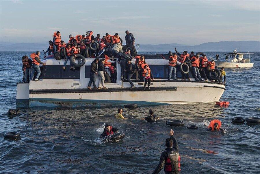 Fas'ta 45 kaçak göçmenin cesedine ulaşıldı Fas'ın Tanca kenti açıklarında İspanya'ya yasa dışı yollarla ulaşmaya çalışırken denizde boğularak hayatını kaybeden 45 göçmenin cesedinin bulunduğu belirtildi. Tanca Valiliği kaynaklarından alınan bilgiye göre, ilgili mercilere Tanca'nın el-Araiş ilçesi açıklarında cesetlerin görüldüğü yönünde ihbar ulaşmasının üzerine görevliler bildirilen noktaya hareket etti. Farklı Afrika ülkelerinden 7'si kadın 45 kişinin cesedine ulaşıldığını aktaran kaynaklar, bu kişilerin Fas'tan İspanya'ya ulaşmaya çalışırken botlarının batması sonucu boğularak hayatını kaybettiğini ifade etti.