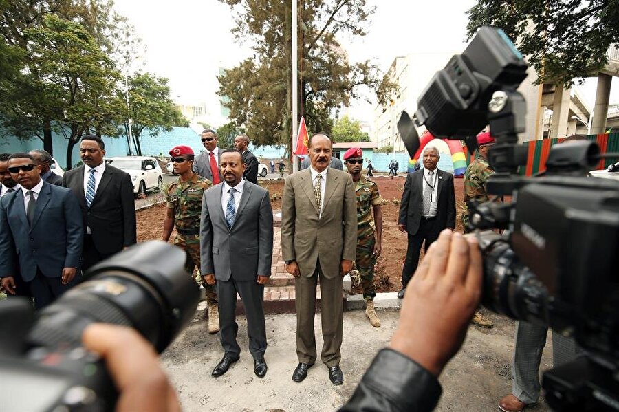 Eritre Etiyopya'daki büyükelçiliğini yeniden açtı                                      Eritre, Etiyopya ile ilişkilerin normalleşmesinin ardından yaklaşık 20 yıldır kapalı bulunan Addis Ababa Büyükelçiliğini yeniden açtı. Eritre Devlet Başkanı Isaias Afewerki'nin katılımıyla gerçekleşen açılış törenine Etiyopya Başbakanı Abiy Ahmed'in yanı sıra çok sayıda üst düzey yetkili katıldı. Yıllar sonra başkent Addis Ababa'da Eritre bayrağının dalgalandığı açılış sırasında iki liderin birbirine karşı samimi tavırları dikkati çekti.