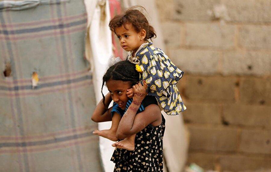 Yemen'de kolerayla mücadele                                      Birleşmiş Milletler Çocuklara Yardım Fonu (UNICEF), Yemen'de 13 ayda koleradan hayatını kaybedenlerin sayısının 2 bin 300'ü geçtiğini duyurdu. UNICEF'in Yemen ofisinin Twitter hesabından yapılan açıklamada, son 13 ayda koleradan 2 bin 311 kişinin öldüğü, şüpheli vaka sayısının da 1 milyon 118 bini aştığı belirtildi. Açıklamada, sağlık ve yardım kuruluşları hastalığın yayılmasını engellemek için aralıksız çalışmasına rağmen sağlık sisteminin yetersizliği ve çatışmaların sürmesi nedeniyle ilerleme kaydedilemediği vurgulandı.