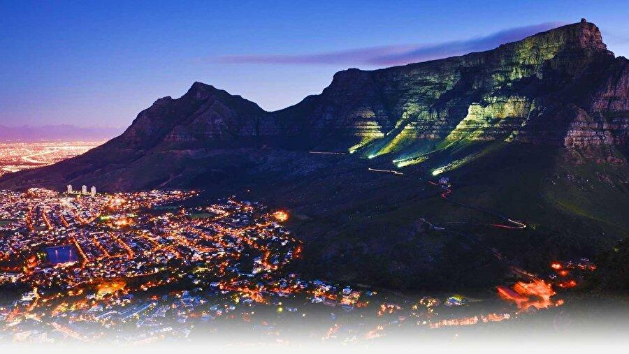 2. Güney Afrika'nın başkenti Cape Town'da bulunan Masa Dağı'nın gezegenin manyetik, elektrik veya ruhsal enerjiyi yaydığı 12 ana enerji merkezinden biri olduğuna inanılıyor. Öte yandan yaklaşık 2.200 kadar bitki türü Masa Dağı'nda bulunuyor. Bu rakam birçok ülkenin tamamında olan bitki türü sayısından fazla.