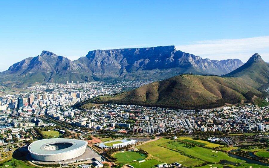 3. Güney Afrika Cumhuriyeti'nde tam üç başkent mevcut. Üstelik bu başkentler, federe devletlerin başkenti statüsünde değil, aksine her biri tüm ülkenin resmi başkenti. Ülkede, Bloemfontein, yargı başkenti; Pretorya, yürütme başkenti (yönetsel başkent) ve Cape Town yasama başkenti olarak Güney Afrika Cumhuriyeti'nde varlık gösteriyor.
