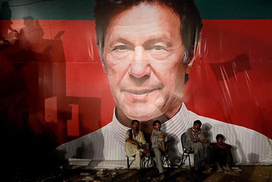 """İmran Han, zaferini ilan etti                                      Eski kriket yıldızı ve Pakistan Adalet Hareketi (PTI) lideri İmran Han, ülkede dün yapılan genel seçimlerin ardından zaferini ilan etti. Resmi olmayan sonuçlara göre, PTI'ın sandıktan açık ara önde çıktığının anlaşılmasının ardından kameraların karşısına geçen 65 yaşındaki siyasetçi, seçimi kesin bir zaferle kazandıklarını dile getirerek, """"Allah, 22 yıl önce ortaya koyduğum ideolojiyi iktidara taşımamı sağladı.Hükûmetimiz, Pakistan tarihinde herhangi bir siyasi mağduriyet oluşturmayan ilk hükûmet olacak."""" dedi."""