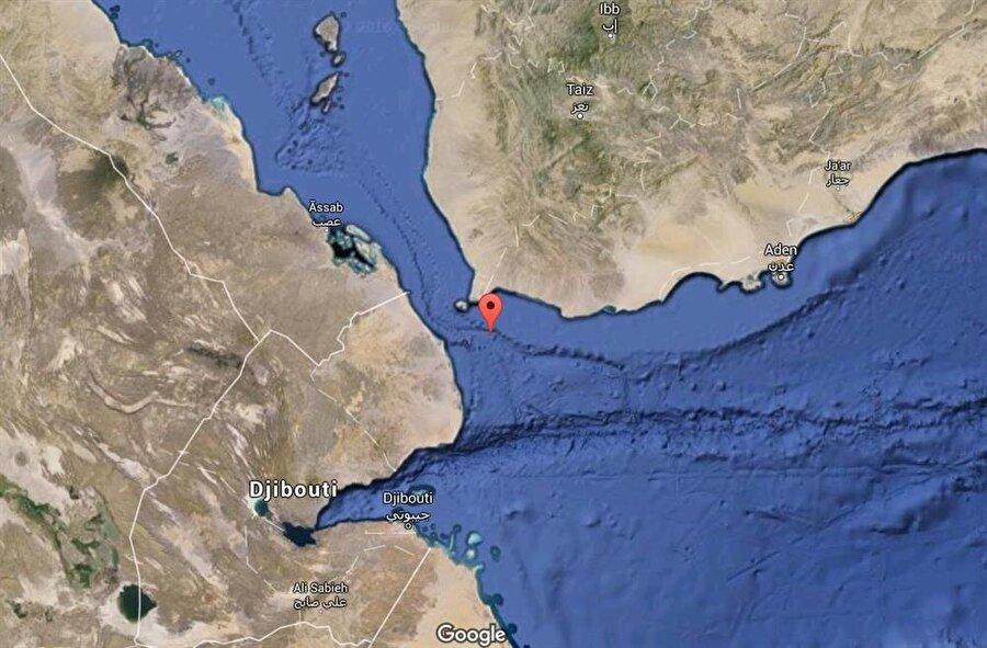 """Bab'ül Mendep Boğazı kapatıldı                                      Dünyanın en büyük petrol ihracatçısı Suudi Arabistan, Yemen'deki İran yanlısı Husilerin iki büyük petrol tankerine düzenlediği saldırı sonrasında, Kızıldeniz'deki Bab'ül Mendep Boğazı'ndan yapılan tüm petrol sevkiyatlarının """"geçici olarak durdurulduğunu"""" açıkladı. 2016 yılında günde tahmini 4.8 milyon varil ham petrol ve rafine edilmiş petrol ürünleri, Avrupa, ABD ve Asya'ya bu boğaz üzerinden aktarılmıştı."""