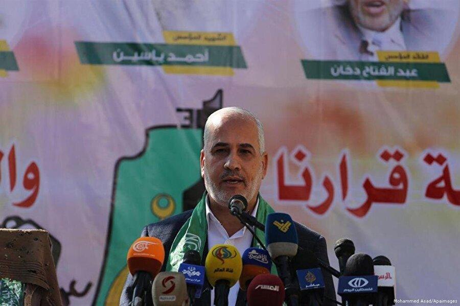 """Hamas: Gerilimi düşürüyoruz                                      Hamas ve İsrailli yetkililer, İsrail'in bir askerinin vurulması sebebiyle başlattığı ve sonucunda Filistinli dört kişinin canını kaybettiği saldırıları durdurmak için anlaştı. Saldırılar dolayısıyla Gazze'de gerginlik yükselirken Mısır ve uluslararası tarafların arabuluculuğu ile Hamas ve İsrail yetkilileri gerginliği dindirmek konusunda anlaşmaya vardı. Hamas Sözcüsü Fevzi Berhum yaptığı açıklamada varılan anlaşma sonucunda """"çatışmasız döneme"""" geri dönüldüğünü belirtti."""